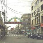 仲通商店街入口
