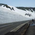 山上の道路の雪の壁